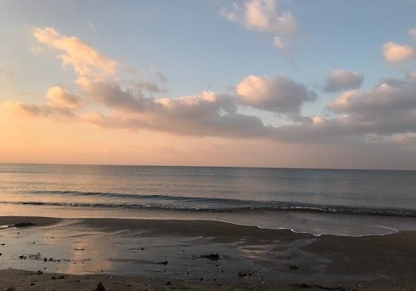 朝焼けの鎌倉の海